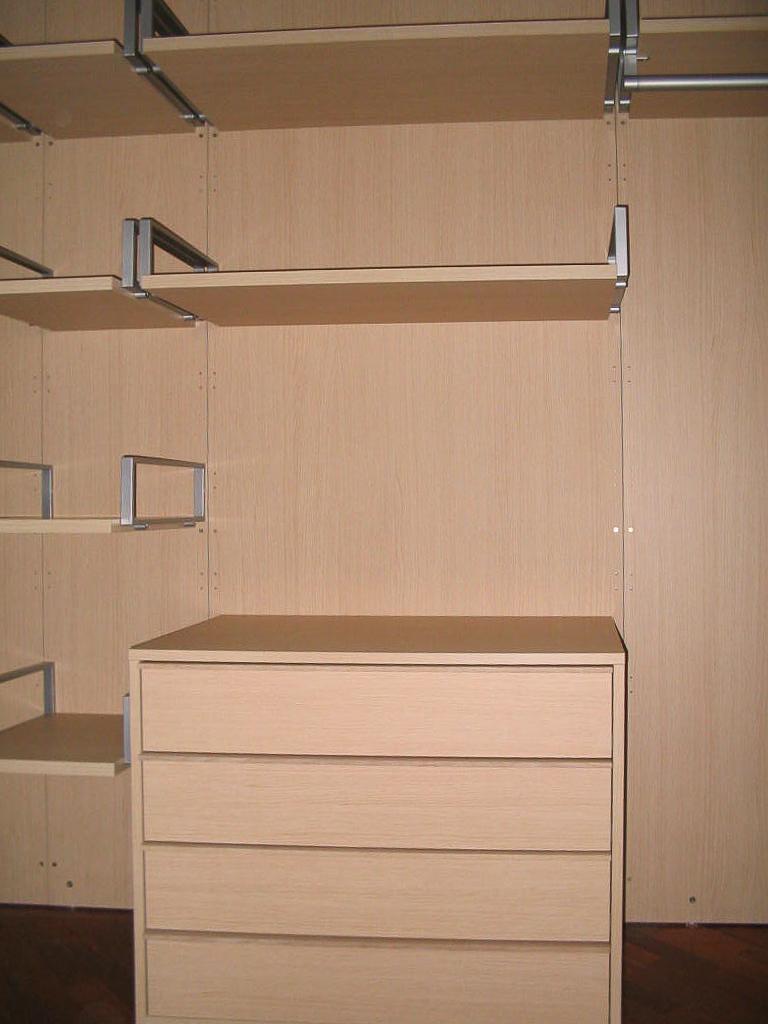 Cabina armadio realizzata con pannelli a muro e pareti for Mensole rovere sbiancato